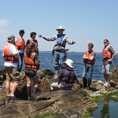 photo of Shoals Marine Lab students learning in the field